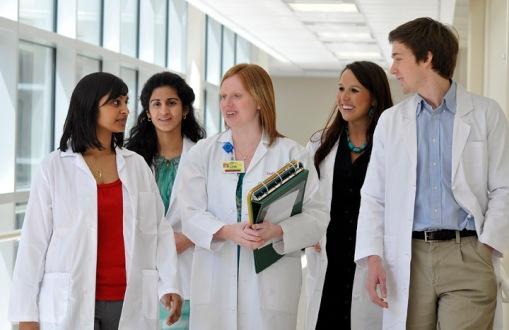 Studenci medycyny w tracie zajęć z onkologii